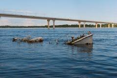凹下去的小船在河 免版税库存图片