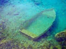 凹下去的小船 免版税图库摄影
