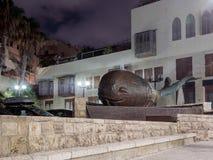 凹室和喷泉以一条鲸鱼的形式在街道上在老城市Yafo,以色列 图库摄影