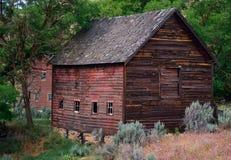 凹陷的老红色谷仓 免版税库存照片
