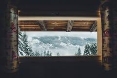出于对法国阿尔卑斯考虑的客舱 免版税库存照片