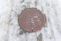 出入孔在街道上的流失盖子白川町去村庄日本 免版税库存图片