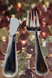 出去吃在货币和叉子查出的刀子 图库摄影