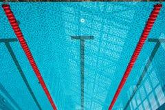 出发台和车道在公开游泳池 库存照片