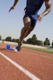 从出发台的男性赛跑者起点种族 免版税库存图片