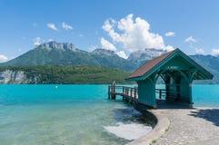出发船的等待的房子对圣徒Joriz在湖阿讷西 免版税库存照片