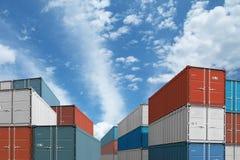 出口或进口运输货箱堆在天空下 免版税库存照片