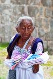 出售传统玛雅纪念品的年长妇女 免版税库存图片