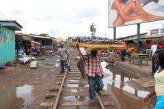 出售太阳镜的非洲交叉路 免版税库存照片