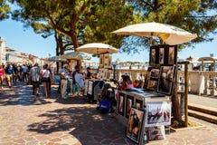 出售旅游纪念品的摊贩 库存图片