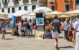 出售旅游纪念品的摊贩 图库摄影