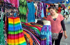 出售泰国妇女的曼谷衣物 免版税图库摄影