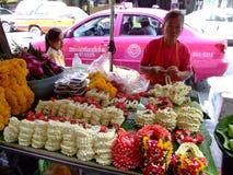 出售泰国泰国妇女的佛教花 免版税图库摄影
