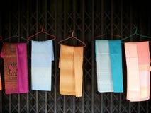 出售的五颜六色的泰国丝绸 免版税图库摄影