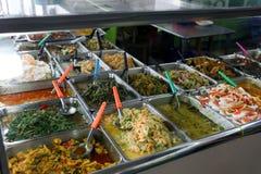 出售的各种各样的泰国样式食物在南路线公共汽车总站驻地 库存照片