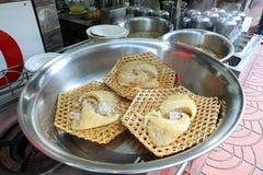 出售的未加工的鲨鱼飞翅在Yaowarat的,曼谷,泰国一家地方餐馆 免版税库存照片
