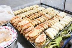 出售的烤Pisang awak香蕉在Bangrak的,曼谷,泰国地方商店 免版税库存图片