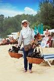 出售纪念品的泰国妇女 库存照片
