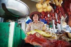 出售街道食物的亚裔妇女纵向 免版税图库摄影