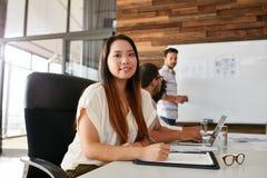 出席企业介绍的少妇 免版税图库摄影