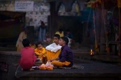 出席在圣洁河的青年人宗教仪式在Omkareshwar,印度,印度宗教的神圣的镇 库存图片