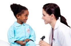 出席检查女孩少许医疗微笑  免版税库存图片