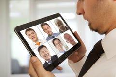 出席电视电话会议的商人 免版税库存图片