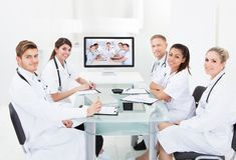 出席电视电话会议的医生 免版税库存照片
