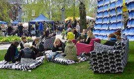 出席街道食物节日的人们在赫尔辛基,芬兰- 2015年5月 图库摄影