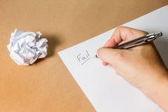 出故障在纸、玻璃笔和被弄皱的纸的手文字 企业失望、工作压力和不合格的检查概念 黑色和 免版税图库摄影