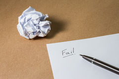 出故障在纸的手文字,写作并且弄皱了纸 企业失望、工作压力和不合格的检查概念 库存图片