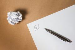 出故障在纸的手文字,写作并且弄皱了纸 企业失望、工作压力和不合格的检查概念 免版税图库摄影