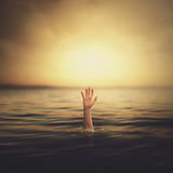 从水出来的手 免版税库存照片