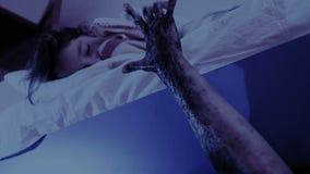 出来从小女孩床下面的妖怪 恶梦孩子 万圣节 影视素材