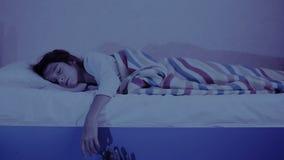 出来从小女孩床下面的妖怪 恶梦孩子 万圣节 股票录像