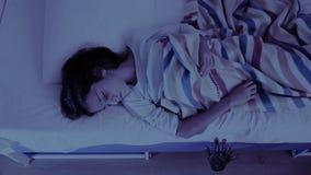 出来从小女孩床下面的妖怪 恶梦孩子 万圣节 股票视频