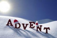 出现卑鄙圣诞节时间雪圣诞老人帽子蓝天 免版税图库摄影