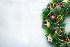 出现圣诞节与欢乐装饰的门花圈 库存照片