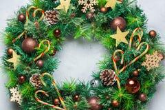 出现圣诞节与欢乐装饰的门花圈 免版税库存照片