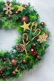 出现圣诞节与欢乐装饰的门花圈 图库摄影