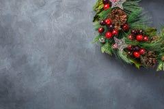 出现圣诞节与欢乐装饰的门花圈 库存图片