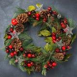 出现圣诞节与欢乐装饰的门花圈 免版税库存图片
