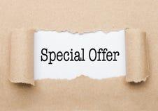出现在包装纸后的特价优待文本 免版税库存照片