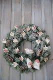 出现在木门装饰的圣诞节花圈 图库摄影