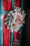 出现在木门装饰的圣诞节花圈 免版税库存图片