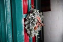 出现在木门装饰的圣诞节花圈 库存图片