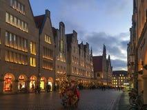 出现季节和圣诞老人Prinzipalmarkt的在曼斯特,德国 库存照片