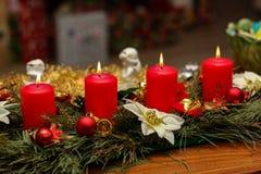 出现季节,四个蜡烛燃烧 库存图片
