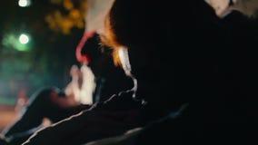 出现幻觉在吸毒过量以后的绝望的上瘾者,坐在黑暗的backstreet 股票录像