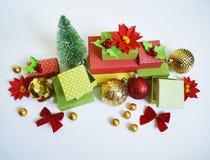 出现日历动画片圣诞节要素图标计时多种 创作的过程,手工制造 在箱子的礼物 新年度 圣诞节 库存照片